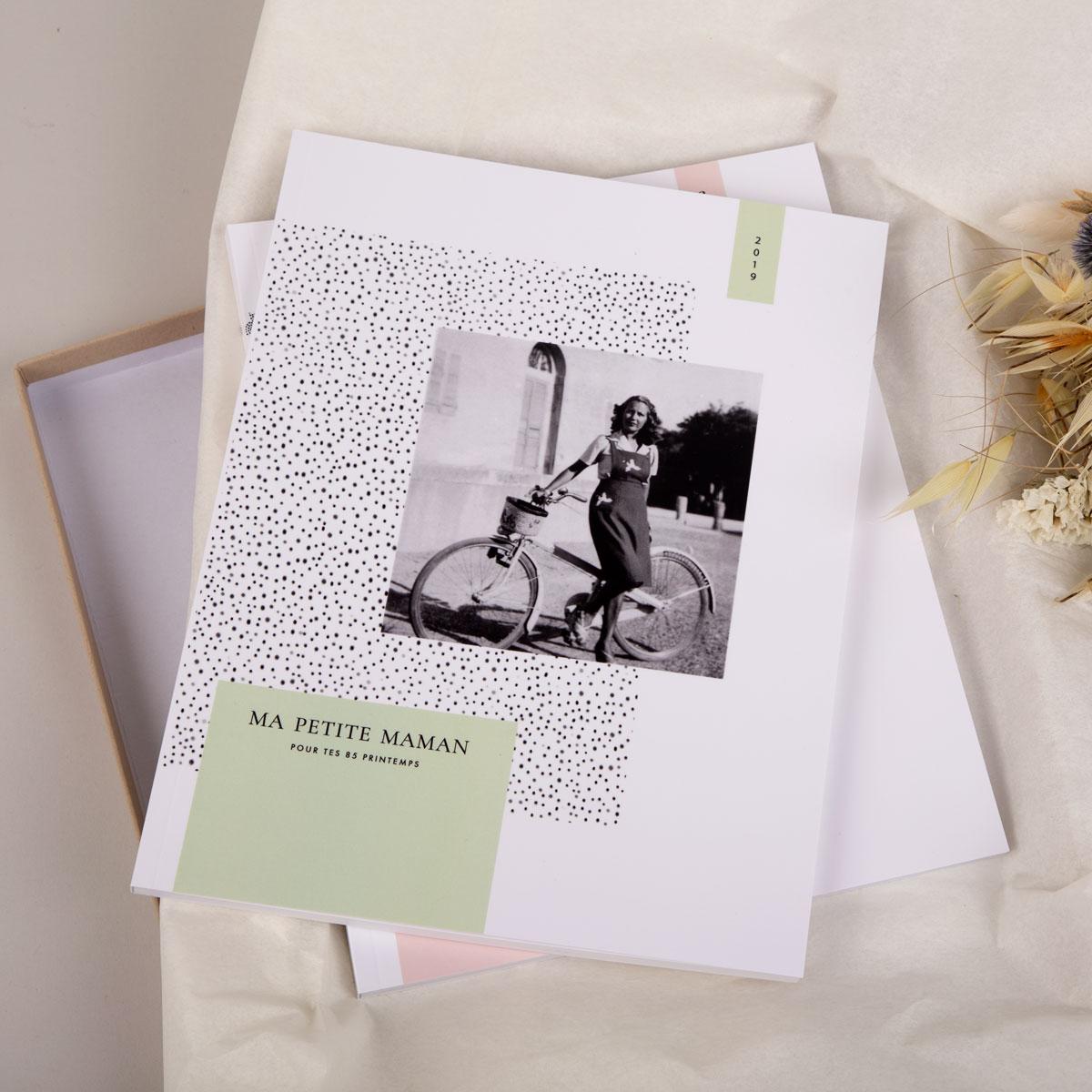 Album photo avec boîte cadeau et fleurs séchées