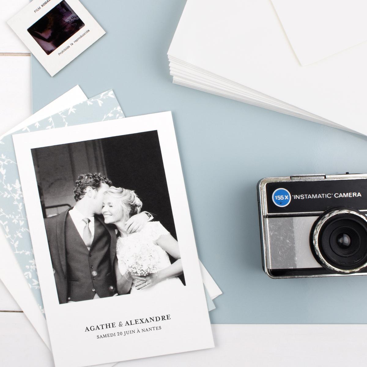 Carte de remerciement mise en situation avec enveloppe et appareil photo vintage
